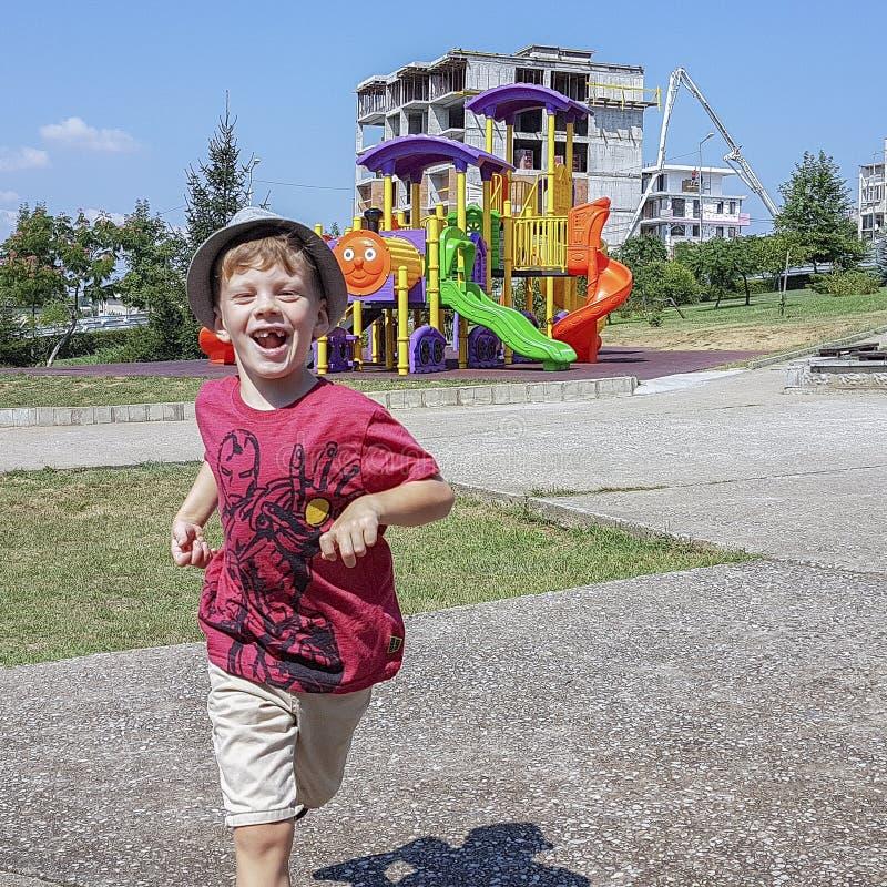 Ung tandlös spring och skratta för pojke arkivbild