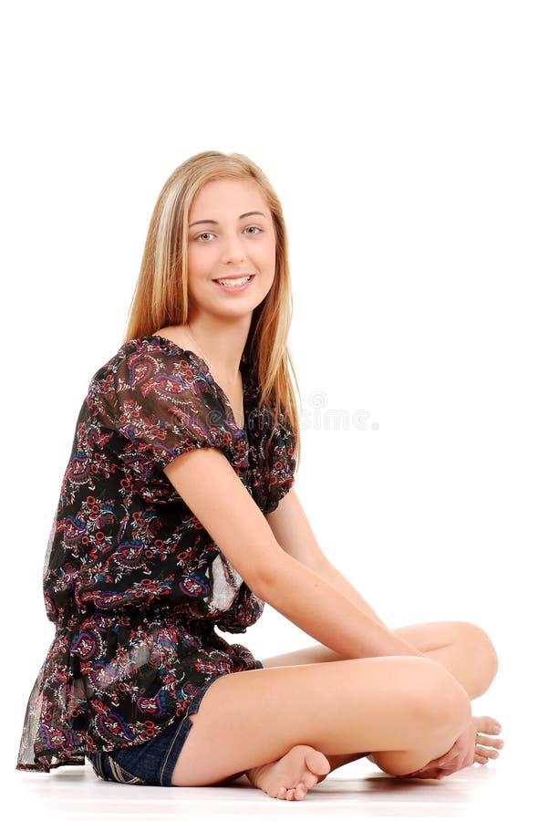 Ung teen lagd benen på ryggen flickasitting som korsas royaltyfri fotografi