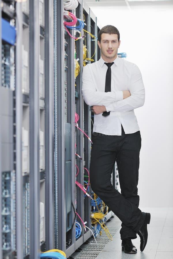 Ung tekniker i datacenterserverlokal royaltyfri foto