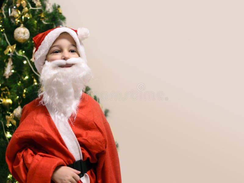 Ung templ för utrymme för kopia för julgran för Santa Claus gullig pojkeframdel royaltyfri foto