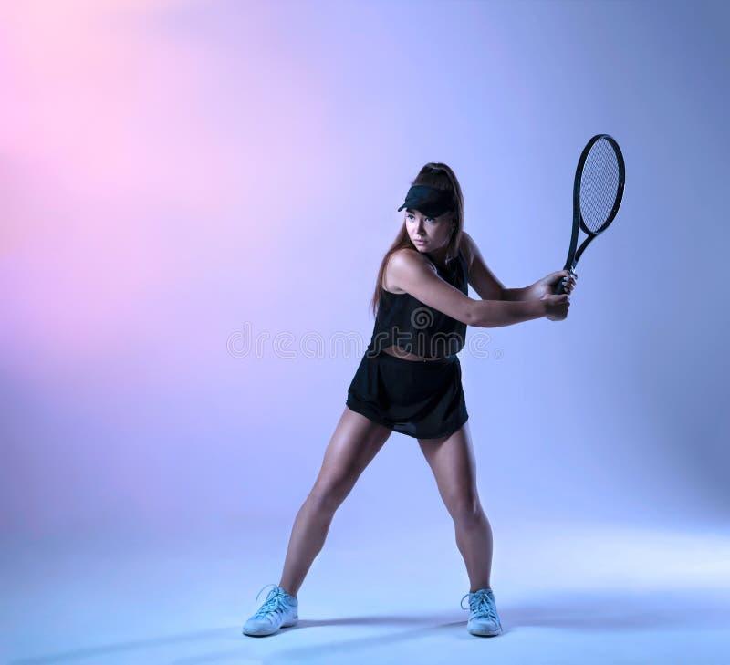 Ung tennisspelare som förbereder sig att göra backhand- arkivbild