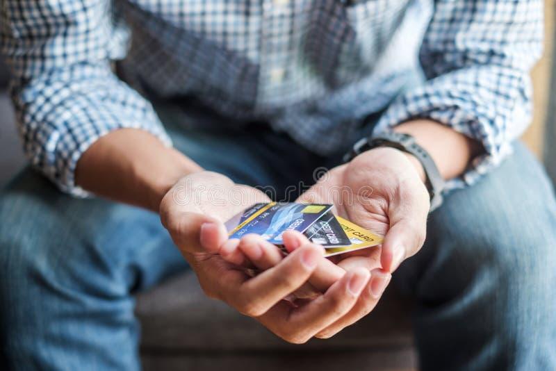 Ung tillfällig kreditkort för innehav för affärsman för online-shopping, medan göra beställningar i kafét affär livsstil, teknolo arkivfoton