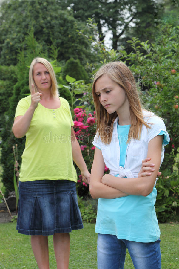 Ung tonårs- flicka i ett argument med modern arkivfoton