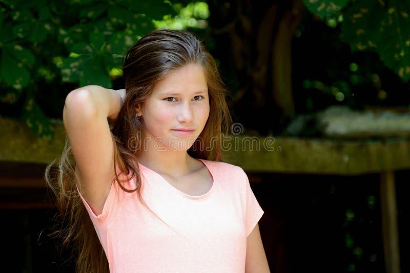 Ung tonårs- flicka i parkera med smilling ansiktsuttryck arkivbild