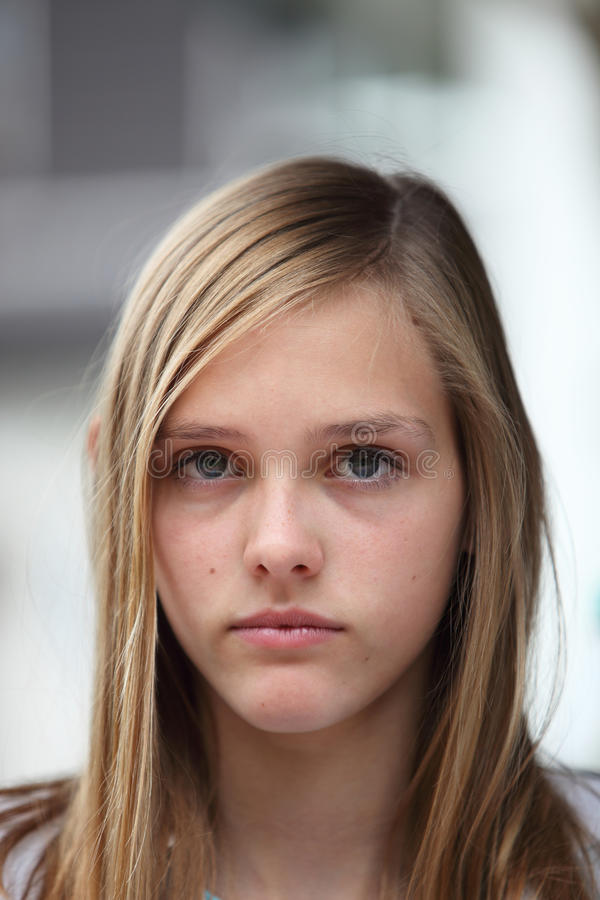 Ung tonårs- flicka med ett allvarligt uttryck arkivbild