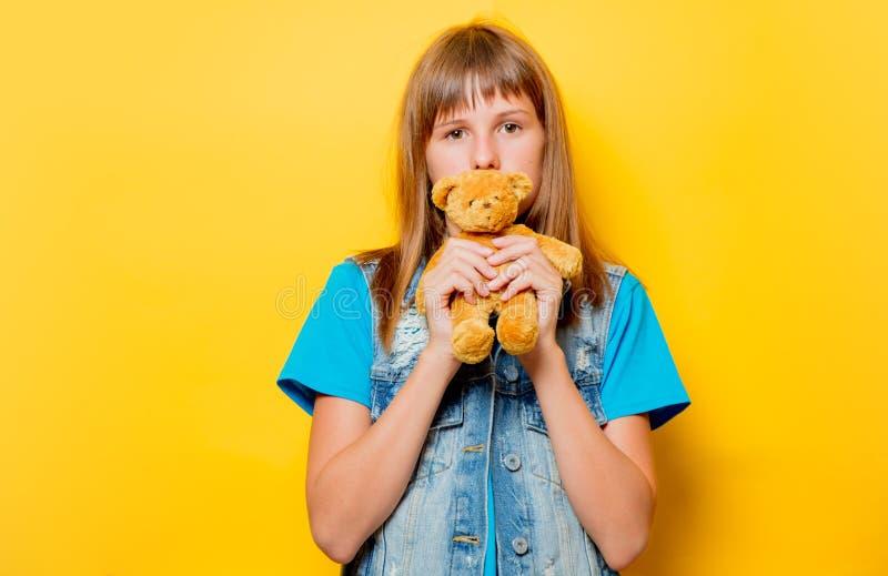 Ung tonårs- flicka med nallebjörnen arkivfoton