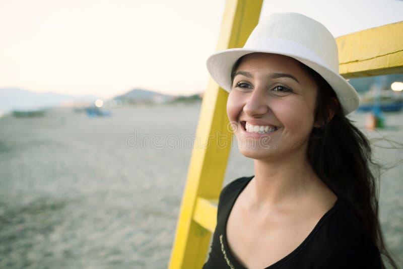Ung tonårs- flicka på stranden på solnedgången royaltyfri fotografi