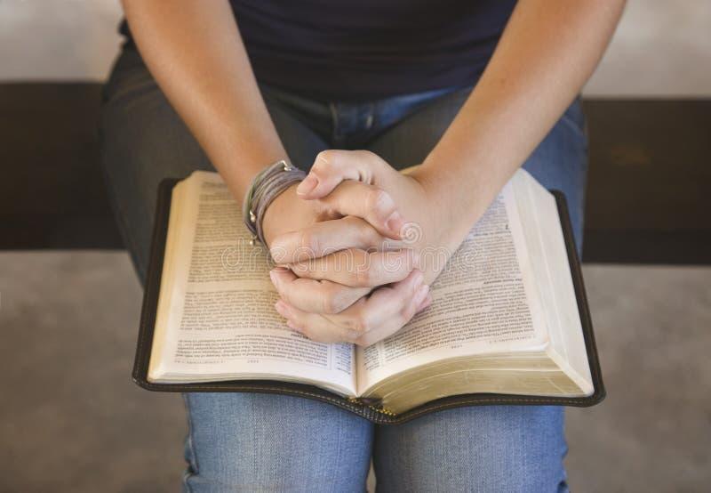 Ung tonårs- flicka som utanför studerar bibeln arkivfoto