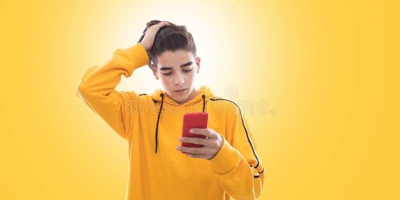 Ung ton?ring med mobiltelefonen royaltyfri bild