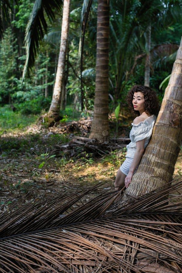 Ung trendig kvinna i den tropiska djungeln arkivfoto