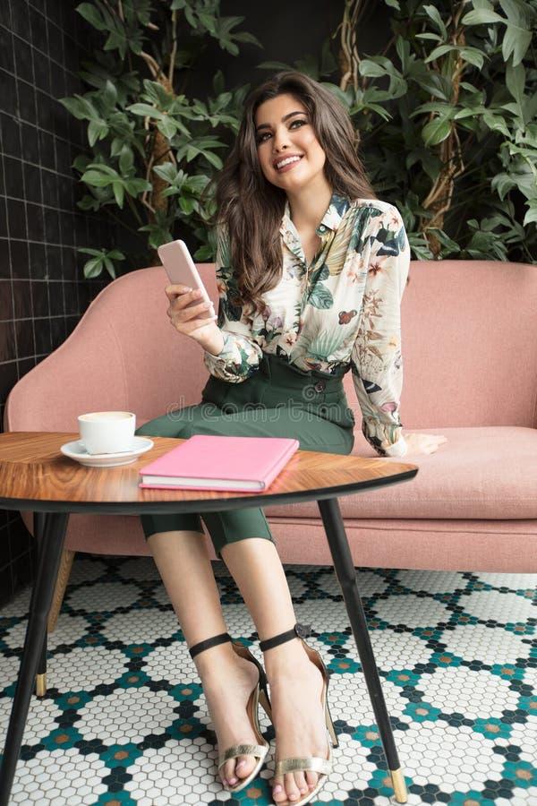 Ung trendig kvinna som använder mobiltelefonen arkivfoto