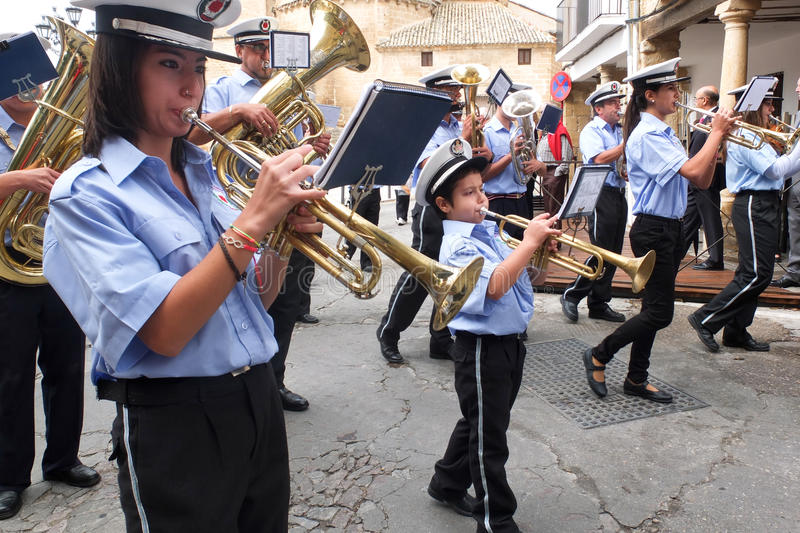 Ung trumpetspelare i fanfaren. royaltyfria foton