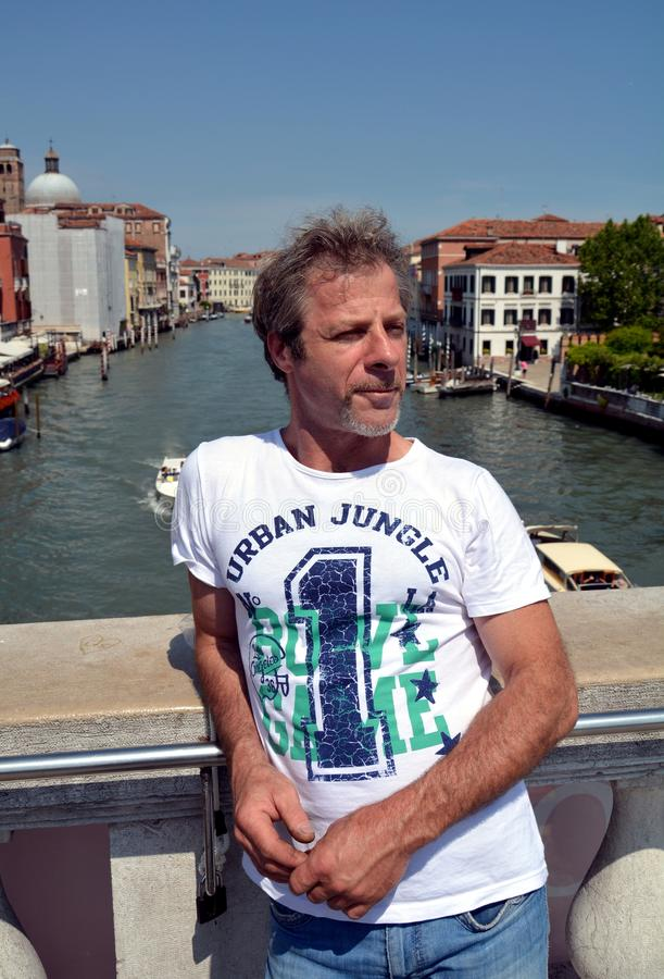Ung turist, Grand Canal och arkitektur i Venedig, i Europa royaltyfri fotografi