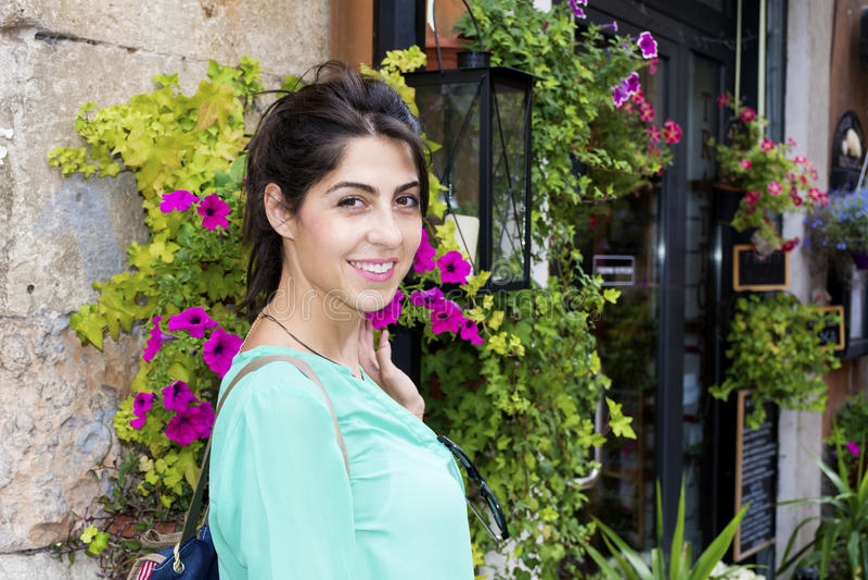 Ung turist- kvinna i Verona, Italien royaltyfria foton