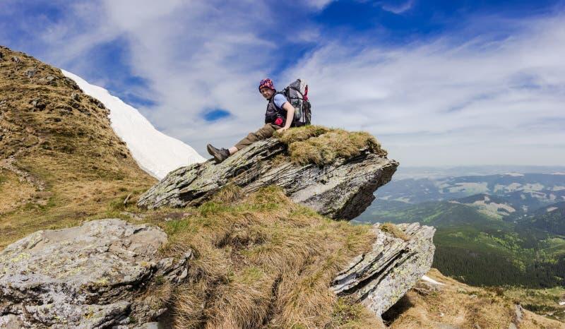Ung turist på ett bergvapen arkivfoto