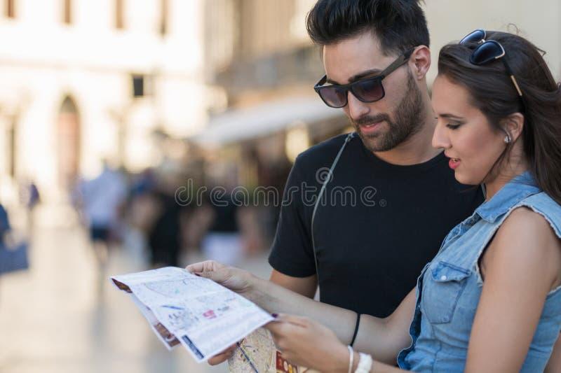 Ung turist- parläsningöversikt fotografering för bildbyråer
