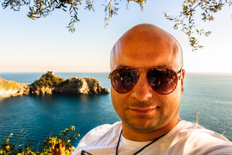 Ung turist- selfie på den Amalfi kusten arkivbild