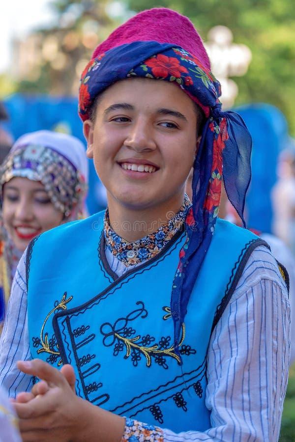 Ung turkisk dansare i traditionell dräkt arkivfoto