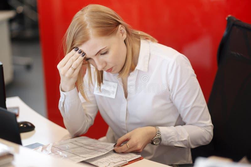 Ung upptagen härlig latinsk spänning för lidande för affärskvinna som arbetar på kontorsdatoren arkivfoton