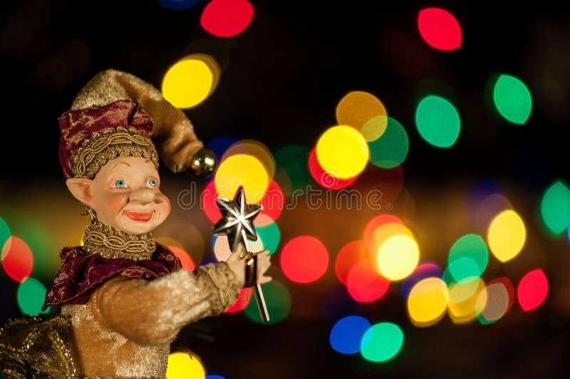 Ung ursnygg kvinna som julälva på guld- bakgrund med den tomma snirkeln