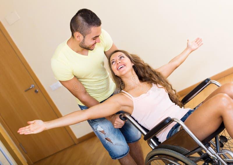Ung utbildare och handikapp arkivfoton
