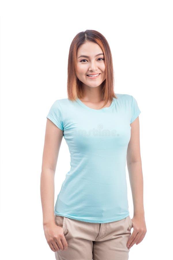 Ung vänlig asiatisk kvinna med smileyframsidan som isoleras på vit bakgrund royaltyfri fotografi