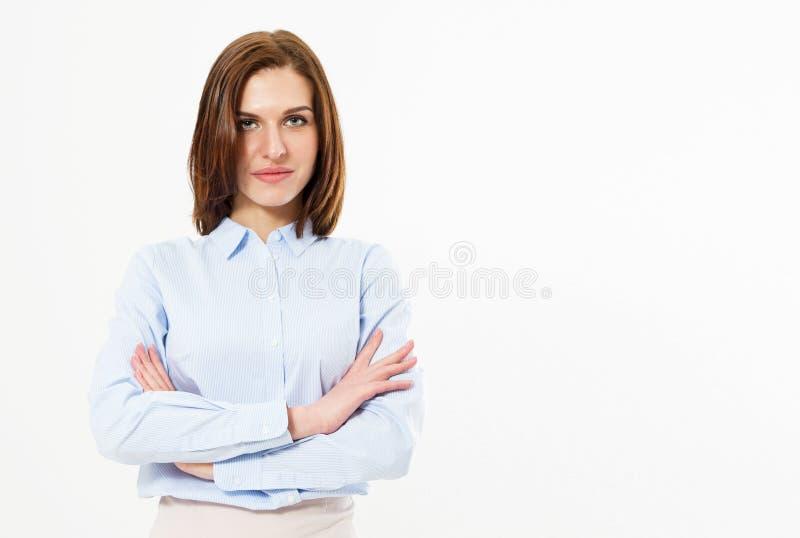 Ung vänlig lyckad brunettkvinna med korsade armar som poserar på en vit bakgrund Affärskvinna med härliga särdrag arkivbilder