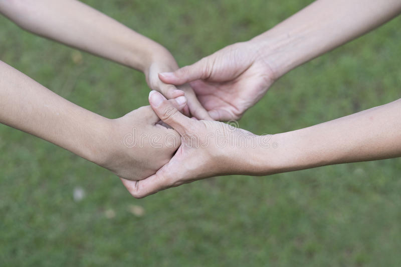 Ung vårdare som ger portionhänder för ett ungehandikapp royaltyfria bilder