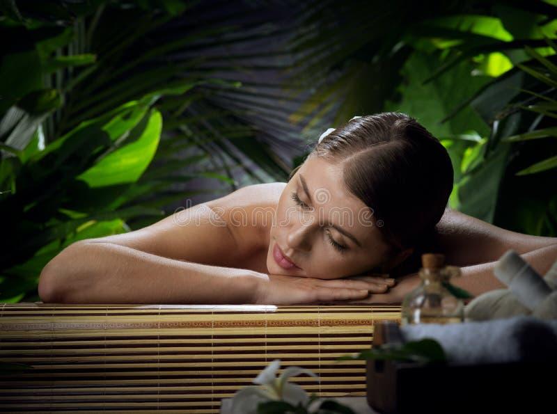 Ung vacker kvinna i spa-miljö royaltyfri bild