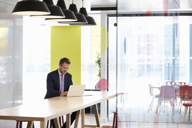 Ung vit man som bara arbetar i ett kontor som möter område arkivbild