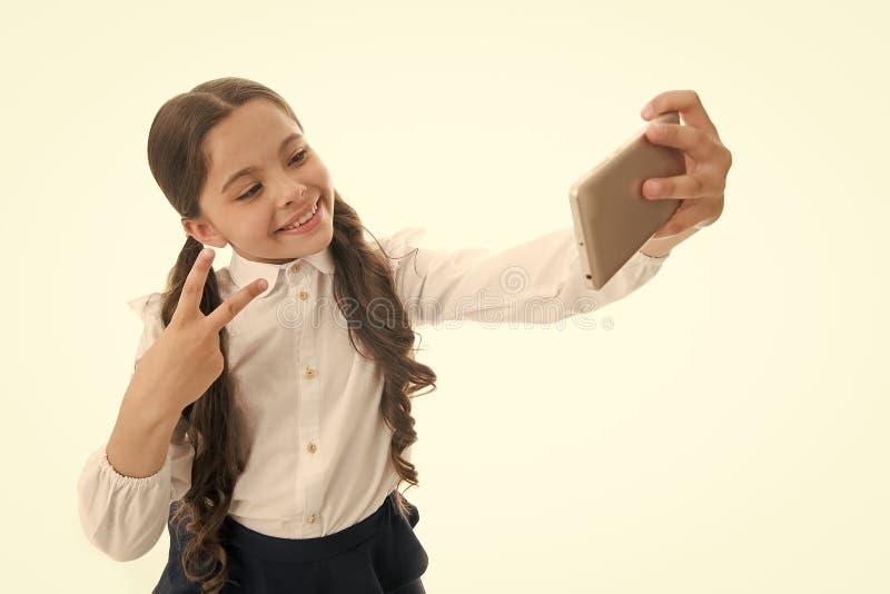 Ung vloggerström direktanslutet Framsida för smart unge för barnskolalikformig lycklig Rymmer gulligt långt lockigt hår för flick arkivfoton