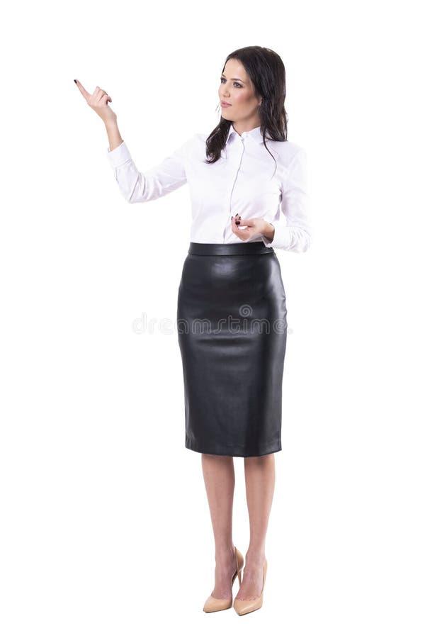 Ung vuxen h?rlig aff?rskvinna som pekar fingervisning och visar royaltyfri bild