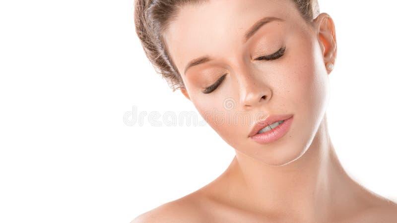 Ung vuxen kvinna med den härliga framsidan och stängda ögon, sund hud - som isoleras på vit Begrepp f?r hudomsorg arkivbild