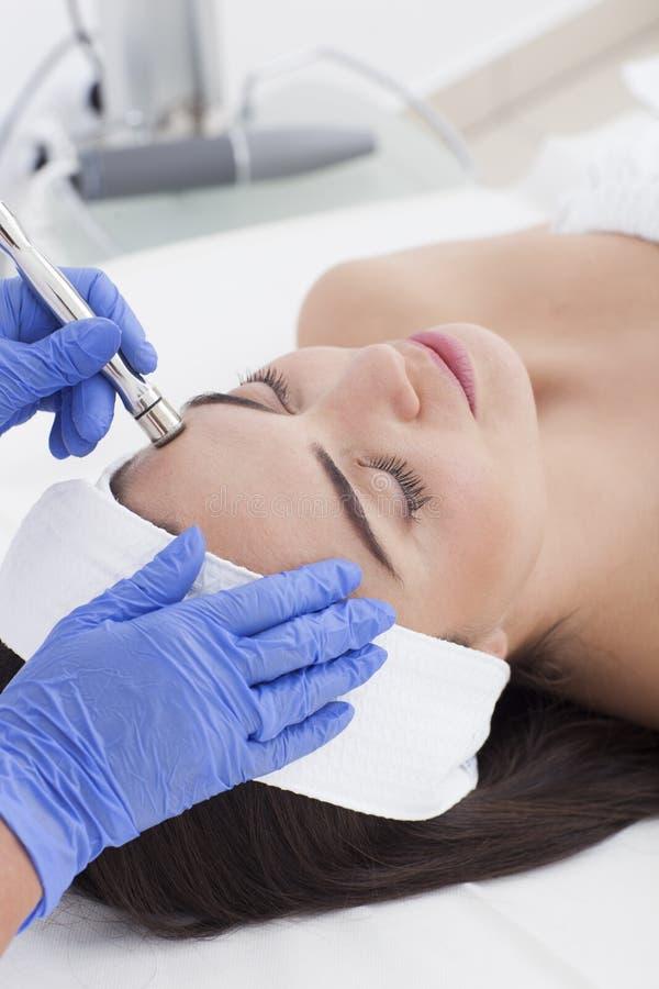 Ung vuxen kvinna som har en mesotherapy behandling royaltyfri foto