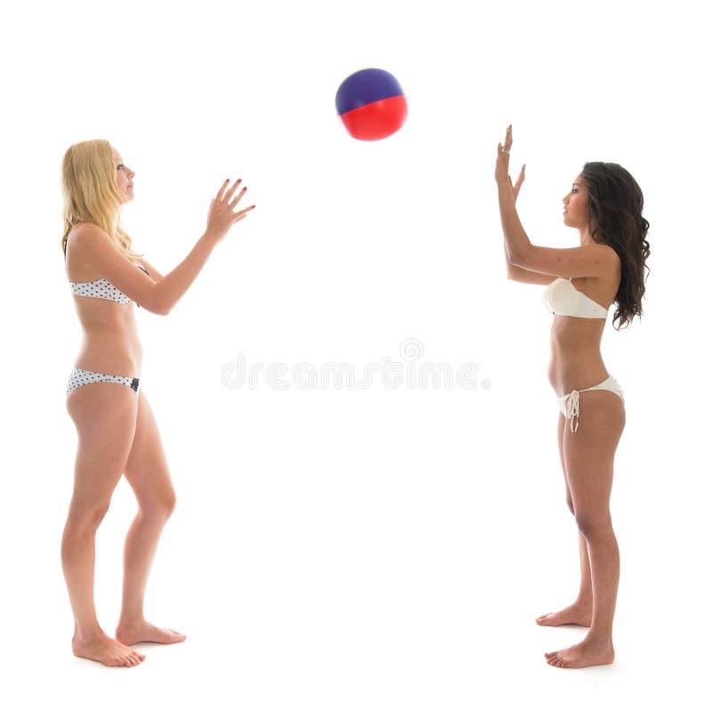 Ung vuxen kvinna som spelar med strandbollen royaltyfria bilder