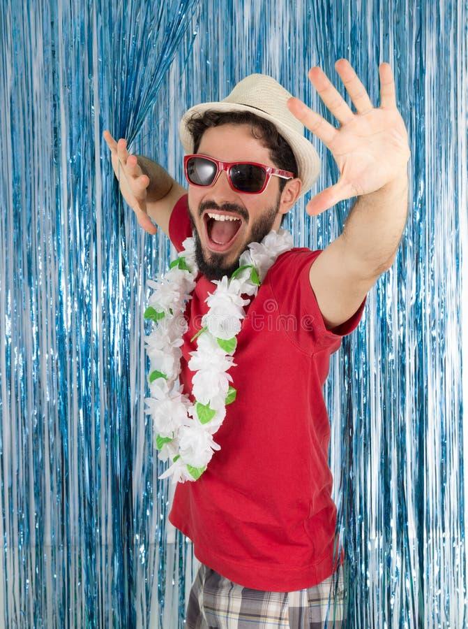 Ung vuxen människa i ett tillstånd av eufori Caucasian man i röd kläder arkivfoton