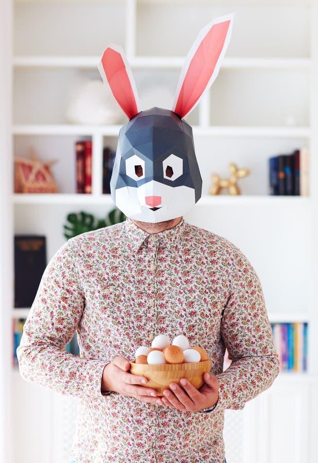 ung vuxen man för kaninkanin som mycket rymmer en bunke av ägg hemma arkivfoton