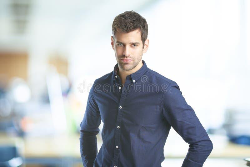 Ung yrkesmässig man på kontoret royaltyfri bild