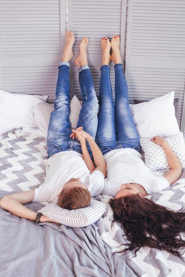 Unga älska par i sängen royaltyfria foton