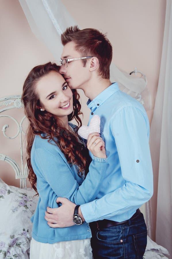 Unga älska par i sovrummet royaltyfria bilder