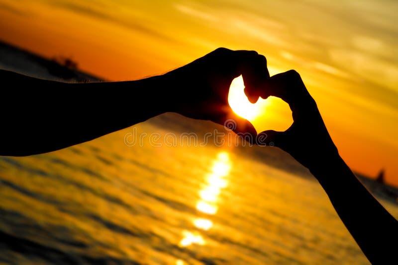 Unga älska par på bröllopdag på den tropiska stranden och solnedgång fotografering för bildbyråer