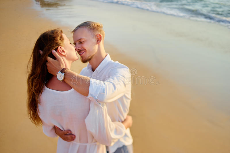 Unga älska par på havsstranden arkivbilder