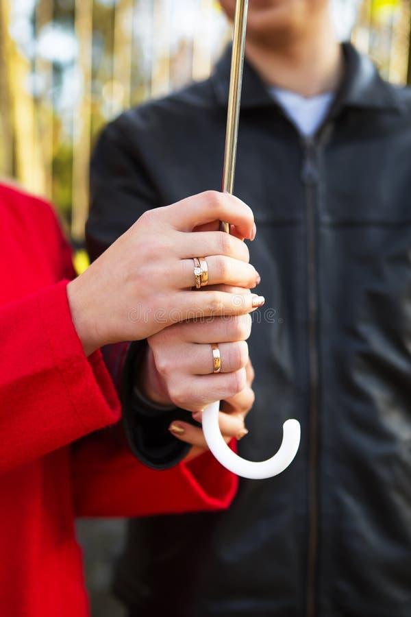 Unga älska par som rymmer paraplynärbild arkivbilder