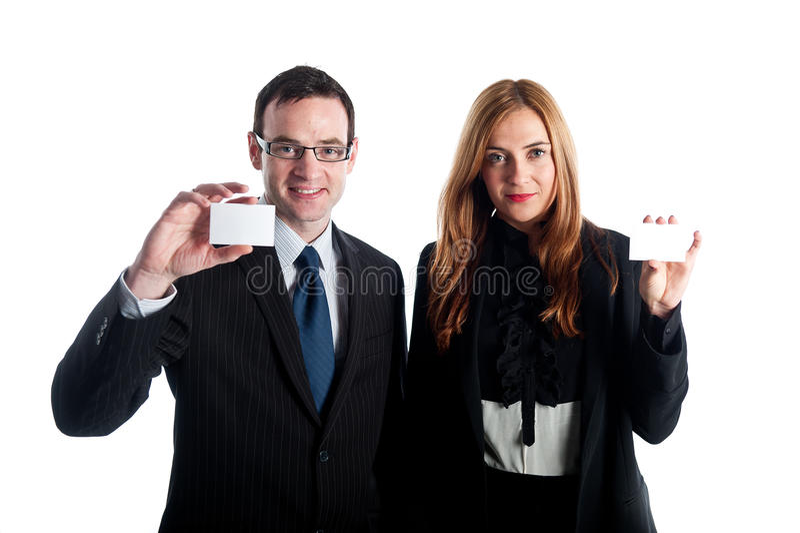 Unga affärsarbetare som visar deras affärskort royaltyfria foton
