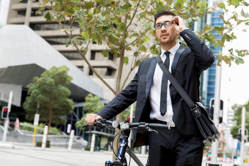 Download Unga Affärsmän Med En Cykel Fotografering för Bildbyråer - Bild av gata, ekologiskt: 78731379