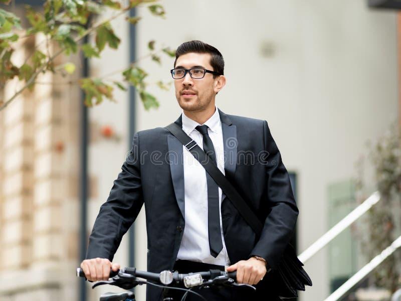 Download Unga Affärsmän Med En Cykel Fotografering för Bildbyråer - Bild av utomhus, pendlare: 78731757