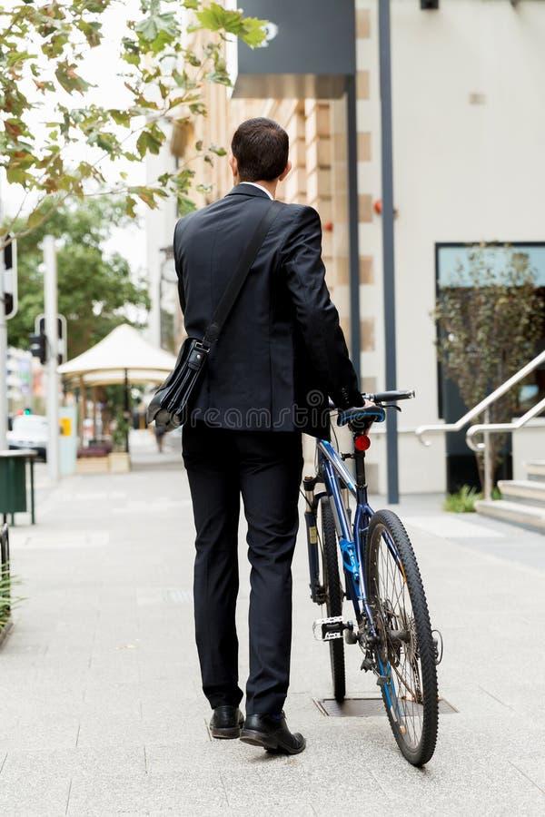 Download Unga Affärsmän Med En Cykel Fotografering för Bildbyråer - Bild av businesspeople, ekologiskt: 78732187