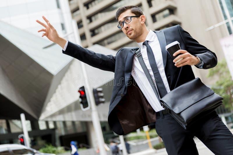 Download Unga Affärsmän Som Haglar För En Taxi Arkivfoto - Bild av affärsman, livsstil: 78731608