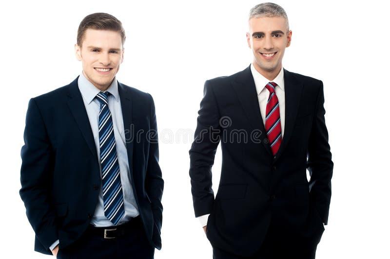 Unga affärsmän som tillsammans poserar royaltyfri bild