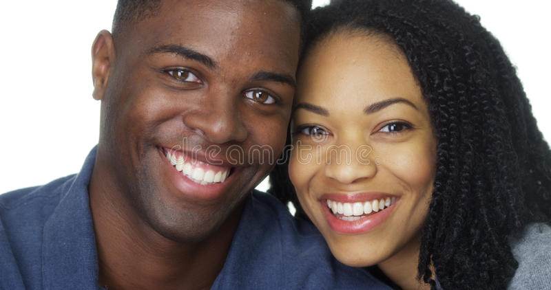 Unga afrikansk amerikanpar som tillsammans ler arkivbild